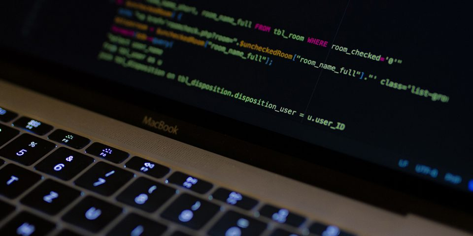 Code op scherm. Photo by Caspar Rubin on Unsplash
